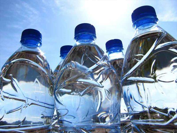Wasserflaschen aus Biokunststoff als Beispiel für die Compoundier-Technologie von biologisch abbaubaren Kunststoffen