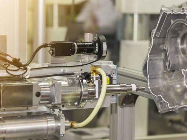 Schmelzklebstoff in einer industriellen Anwendung