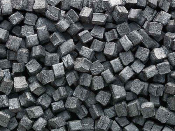 Dunkelgraues, würfelförmiges PIB-Granulat, hergestellt in einer Compoundier-Anlage