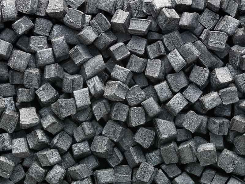 Темно-серый, кубообразный ПИБ-гранулят, изготовленный в компаундирующей установке