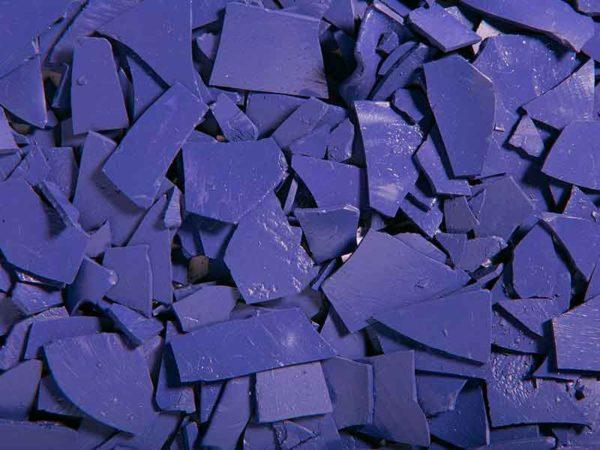 Фиолетовый гранулят для нанесения порошковых лакокрасочных покрытий, изготовленный в компаундирующей установке для порошковых лаков