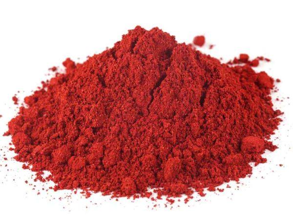Красный порошок для порошкового покрытия, изготовленный в компаундирующей установке для порошковых лаков
