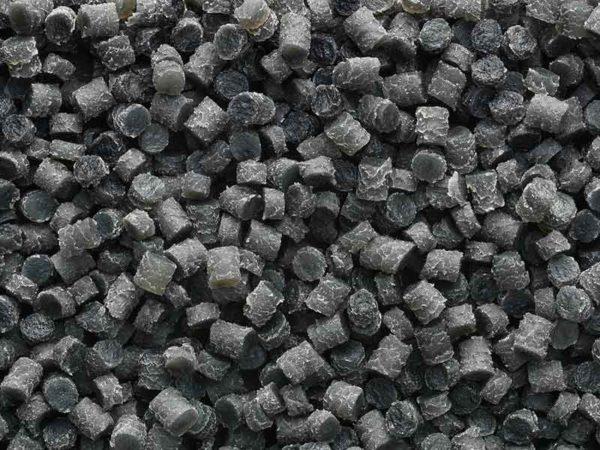 Небольшие черно-серые гранулы из процесса приготовления резиновых компаундов