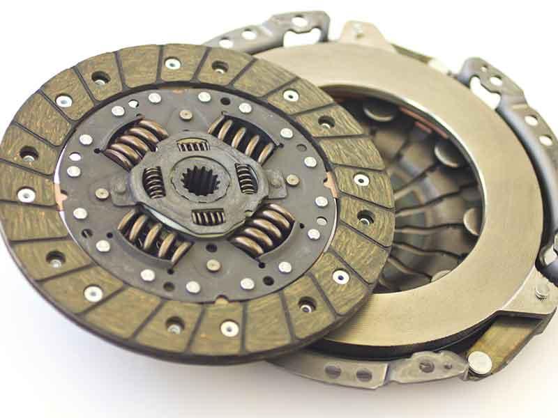 Goldfarbene technische Bauteile aus Duroplast im Motorraum