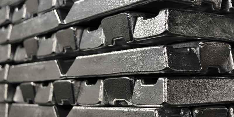 En las máquinas de preparación de compuestos BUSS se produce la pasta de ánodo para la electrólisis del aluminio utilizado en estas barras apiladas.