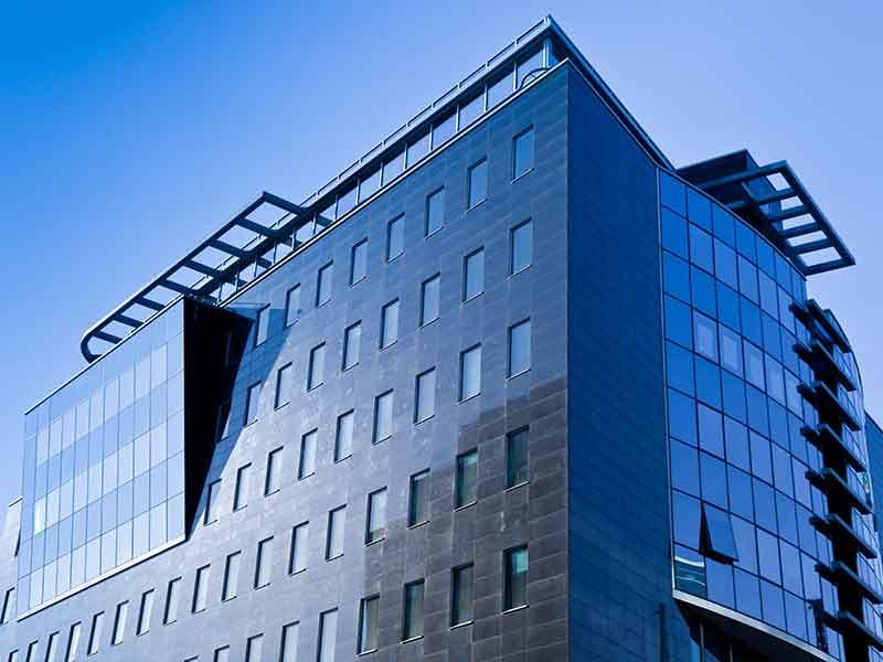 Aluminium für Aluminiumelemente an Gebäudefassaden wird mit Anodenpaste von BUSS Compoundier-Systemen hergestellt.