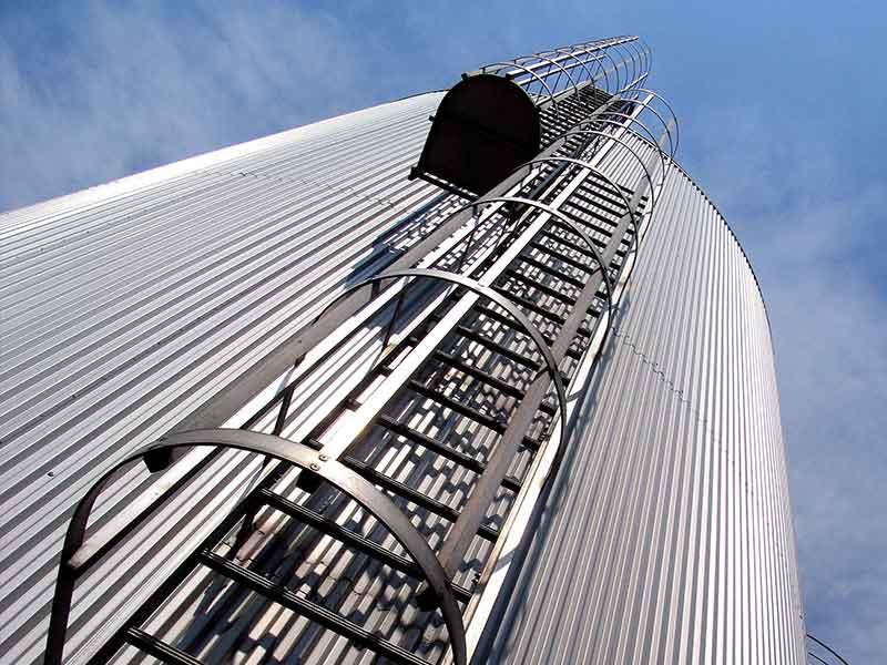 Silos für landwirtschaftliche Betriebe bestehen aus Aluminium, das mit Anodenpaste hergestellt wird.