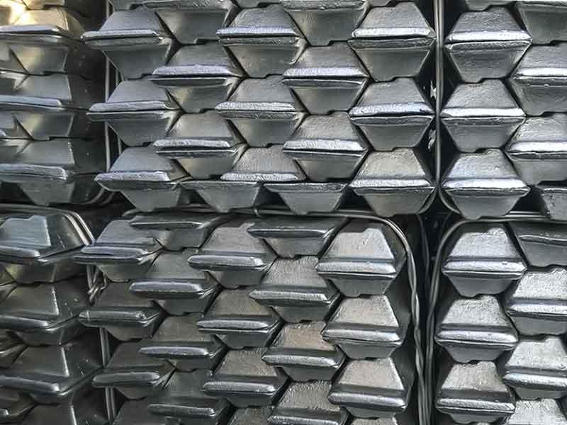 Gestapelte Stäbe aus Alumunium beispielhaft für das Produkt der Aluminium-Elektrolyse mit Anodenpaste.