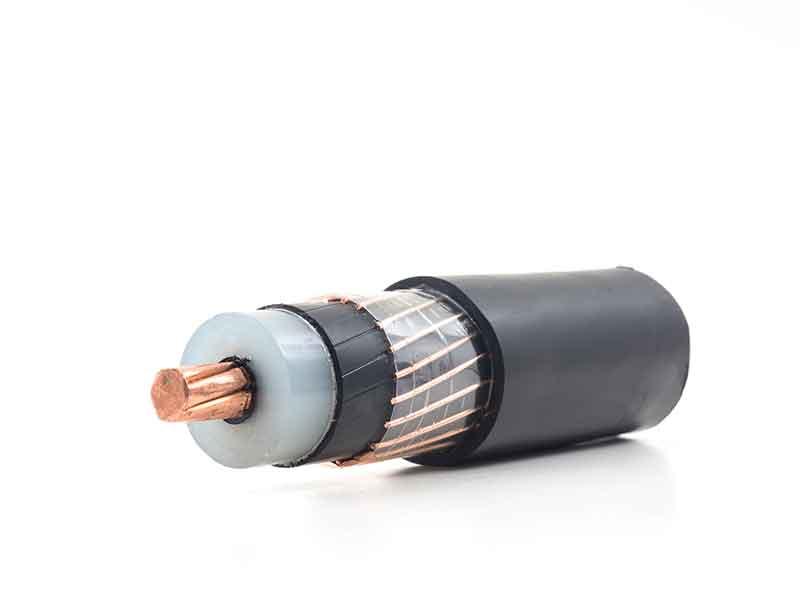 Capas de aislamiento de cables en trozos de cables de color rojo procedentes de compuestos semiconductores para cables de una instalación de preparación de compuestos BUSS