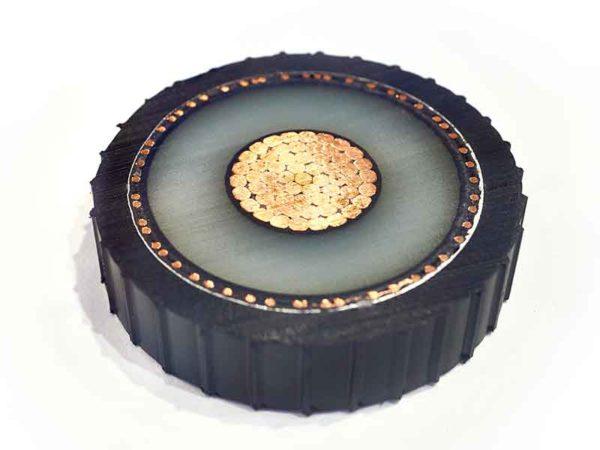 過酸化物架橋性ケーブル混練技術によって製造されたケーブル絶縁被膜を示すケーブル断面