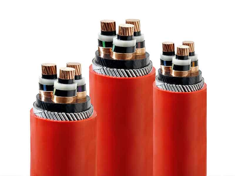 Trozos de cables con capas de aislamiento de compuestos de XLPE para cables, fabricados con la tecnología de preparación de compuestos BUSS.