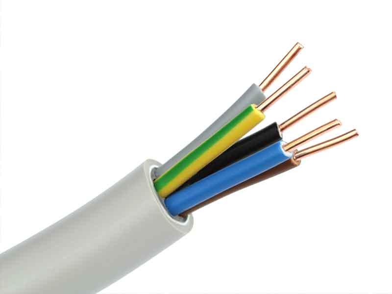 Extremos de cables con diferentes capas de aislamiento del cable que muestran las posibilidades de aplicación de los compuestos de PVC para cables.