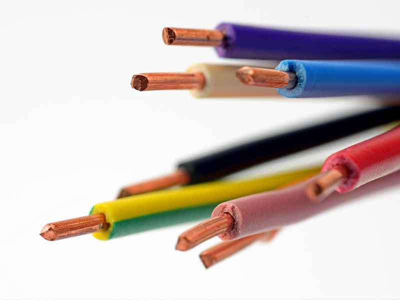 Kabelenden mit Isoliermasse aus PVC Kabel Compounds als Beispiel für die Skills des BUSS Compounders