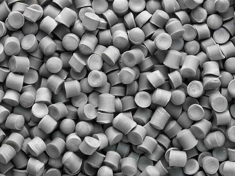 Granulado de color gris de un compuesto de PVC para cables, producido con la tecnología de preparación de compuestos BUSS