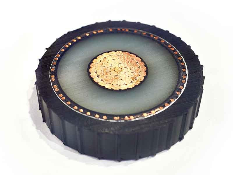 Sección transversal de un cable para visualizar las capas de aislamiento de compuestos semiconductores.