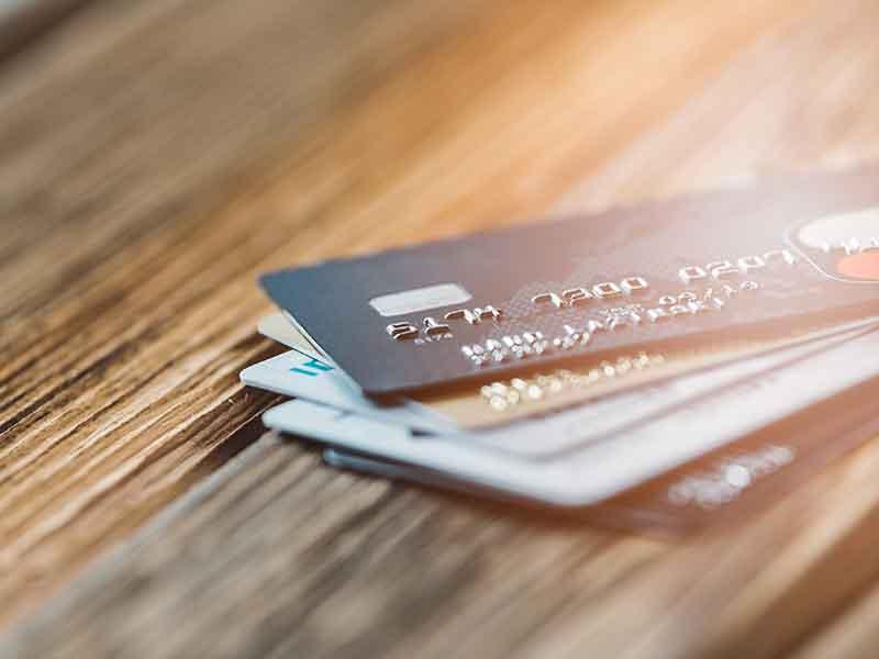 Tarjetas de crédito como ejemplo de la alimentación por calandra