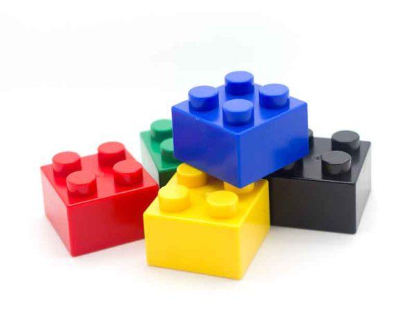 Masterbatch Compounder stellen die Basis für die Produktion von Legosteinen her.