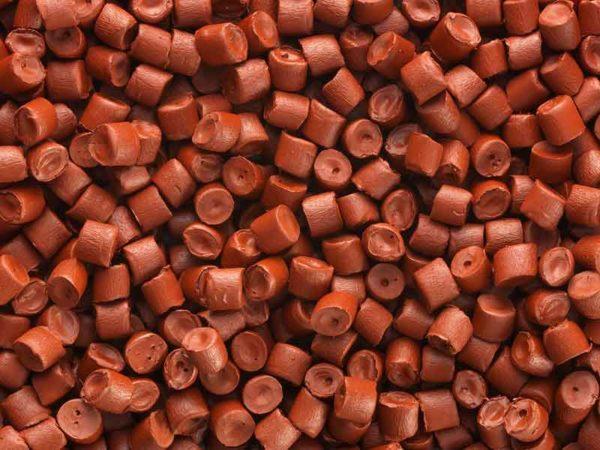 Красно-коричневый гранулят маточной смеси, изготовленный при помощи компаундера маточной смеси BUSS.