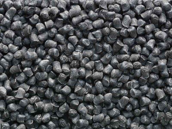 Schwarzes Granulat, hergestellt auf einem Compoundier-System von BUSS für Polyamid.
