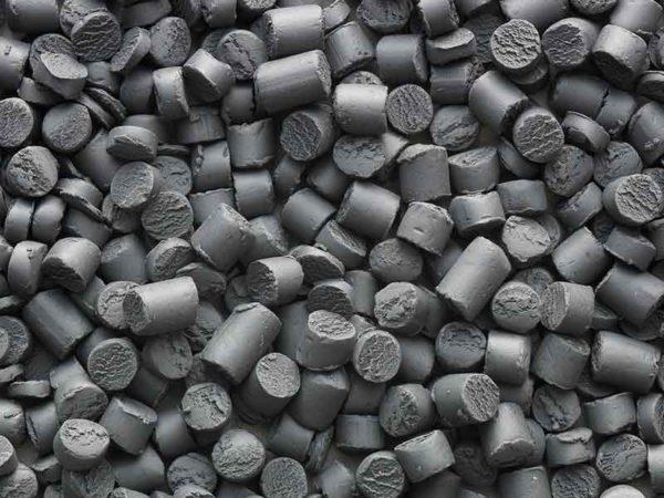 Mit Hilfe der Compoundier-Technologie werden dunkelgraue Rohmassenschnitzel aus Polyamid hergestellt.