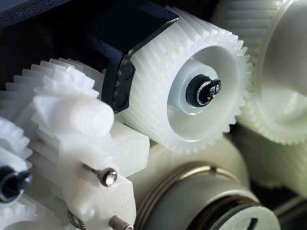 Weiße PA-Zahnräder, hergestellt auf einem Compoundier-System von BUSS für Polyamid.