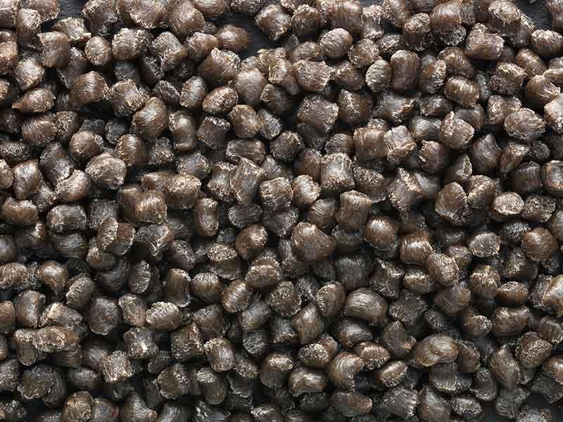 Черный гранулят из компаундов композитов с натуральными волокнами, изготовленных при помощи систем компаундирования BUSS.