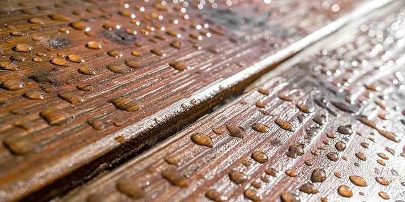 Synthetische Holzterrassen-Dielen werden mit Rohmassen aus Naturfaserverbundwerkstoffen aus Compoundieranlagen von BUSS hergestellt.