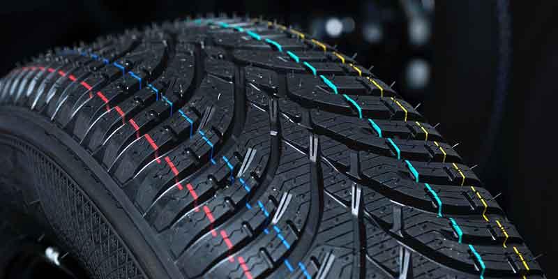 実例としてゴム・コンパウンドを使用した自動車用タイヤの接写