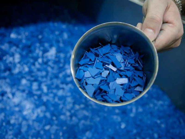 Голубой гранулят для порошкового покрытия, изготовленный в компаундирующей установке для порошковых лаков
